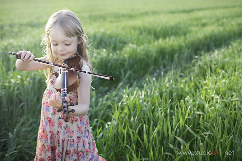 Studio M1; sesja zdjęciowa w plenerze dziecko skrzypce w polu