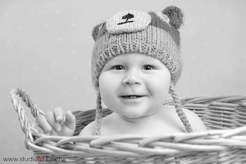 Studio M1; fotografia dziecięca Szymek w koszyku