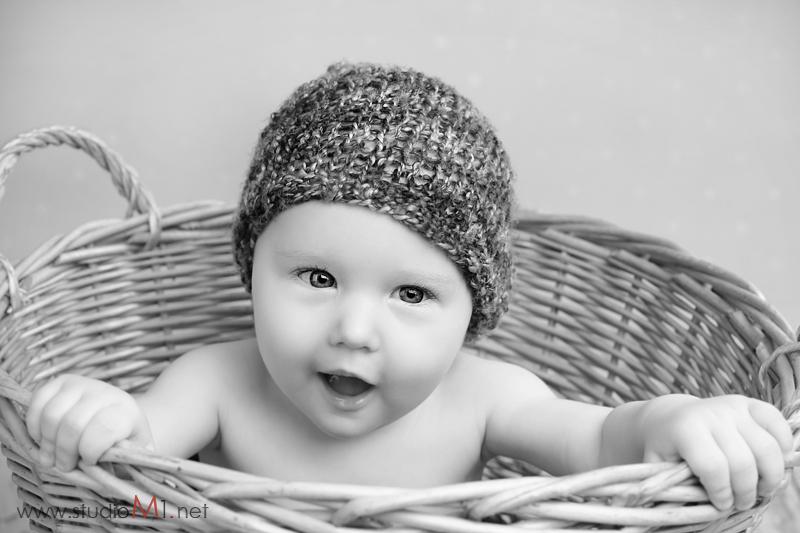 Studio M1; sesja zdjęciowa uśmiechnięte dziecko w koszyku