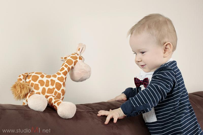 Studio M1; sesja zdjęciowa uśmiechnięte dziecko żyrafa